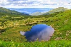 喀尔巴阡山脉环境美化,从高度的全景视图,在小山下的Nesamovyte湖 免版税库存图片