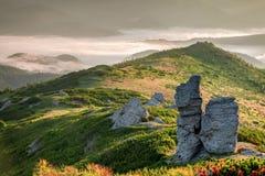 喀尔巴阡山脉的山顶视图 在山的日出与雾 免版税库存图片