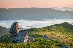 喀尔巴阡山脉的山顶视图 在山的日出与雾 图库摄影
