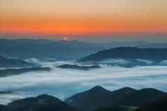 喀尔巴阡山脉的山顶视图 在薄雾盖的山在日出 图库摄影