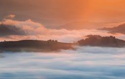 喀尔巴阡山脉的山顶视图 在薄雾盖的山在日出 免版税库存图片