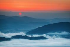 喀尔巴阡山脉的山顶视图 在薄雾盖的山在日出 免版税库存照片
