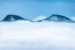 喀尔巴阡山脉的山顶视图 在雾的山 库存图片