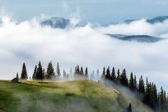 喀尔巴阡山脉的山顶视图 在雾的山 免版税图库摄影