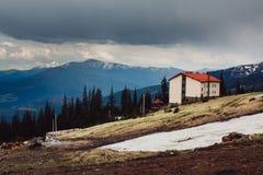 喀尔巴阡山脉的山顶视图 山的村庄 安置山 库存照片