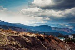喀尔巴阡山脉的山顶视图 山的村庄 安置山 免版税库存图片