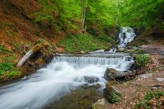 喀尔巴阡山脉的山顶视图 瀑布Shipot,山河 免版税库存图片