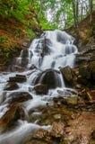 喀尔巴阡山脉的山顶视图 瀑布Shipot,山河 免版税库存照片