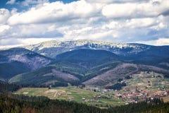 喀尔巴阡山脉的山顶视图 库存照片