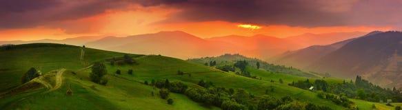 喀尔巴阡山脉的日落 免版税库存照片
