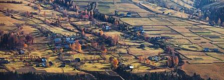 喀尔巴阡山脉的村庄,秋天在乌克兰 免版税图库摄影