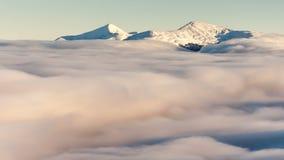 喀尔巴阡山脉的横向山冬天 在云彩上的美好的日落 股票视频