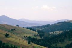 喀尔巴阡山脉的横穿intermountain横向山区域transcarpathian乌克兰视图 在领域和森林,看法之间的界限从上面 免版税库存图片