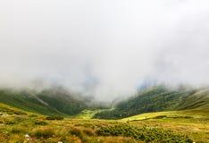 喀尔巴阡山脉的横穿intermountain横向山区域transcarpathian乌克兰视图 库存照片