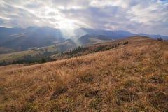 喀尔巴阡山脉的风景秋天多云天 库存图片