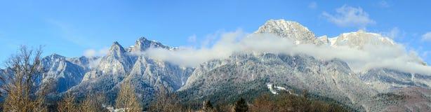 喀尔巴阡山脉,与十字架的Bucegi在Caraiman峰顶上面  库存照片