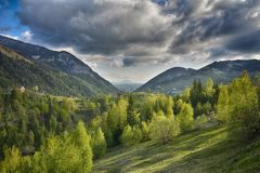 喀尔巴阡山脉,罗马尼亚 与Magura村庄的农村风景在Piatra Craiului国家公园 免版税图库摄影