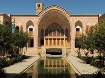 喀山传统宫殿门面、水池和风塔  免版税库存照片