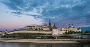 喀山克里姆林宫和库尔Shariff清真寺,与月出,美好的喀山都市风景,喀山,鞑靼斯坦共和国,俄罗斯的日落时间 股票录像