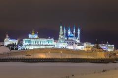 喀山克里姆林宫在晚上照亮了 鞑靼斯坦共和国 免版税库存图片