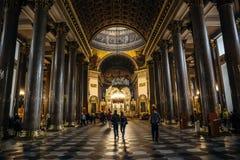 喀山大教堂内部有人的 喀山大教堂是其中一个最大的教会在圣彼德堡 免版税库存照片