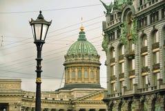喀山大教堂和歌手书议院议院在涅夫斯基远景的在圣彼德堡 库存照片