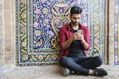 喀山,伊朗2018年9月23日:一个年轻伊朗人坐近 免版税库存照片
