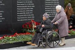 喀山,俄罗斯, 2016年11月17日,受害者的亲属在飞机失事碰撞了在国际机场在2013年 库存图片