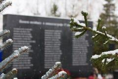 喀山,俄罗斯, 2016年11月17日,受害者的亲属的纪念碑在国际性组织的飞机失事碰撞了 免版税库存照片