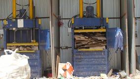 喀山,俄罗斯, 2017年6月22日,植物ECOGRAD -回收的工作者的疆土在工业垃圾填埋的纸板 股票录像