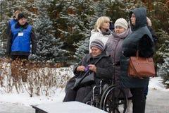 喀山,俄罗斯, 2016年11月17日,遇见在飞机失事碰撞的亲戚在国际机场在2013年 库存图片