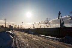喀山,俄罗斯, 2017年2月17日,铁路近的内河港港口-重要工业中心在鞑靼斯坦共和国的首都 免版税库存图片