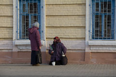喀山,俄罗斯, 2016年11月19日, A无家可归的女性叫化子在baumana街道上乞求在东正教附近 库存照片