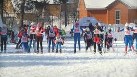 喀山,俄罗斯- 2018年3月:城市竞争速度滑雪的参加者跑在滑雪轨道的 影视素材