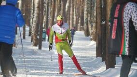 喀山,俄罗斯- 2018年3月:跑在速度滑雪的滑雪轨道的滑雪者在晴天 影视素材