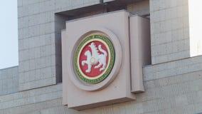喀山,俄罗斯- 2017年9月15日,白色酒吧-共和国鞑靼斯坦共和国-在政府大厦的象征的标志 库存图片