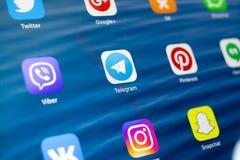 喀山,俄罗斯- 2018年7月3日:与社会媒介象的苹果计算机iPad  电报在中心 免版税库存照片