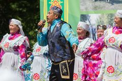 喀山,俄罗斯- 2018年6月23日:传统鞑靼人的节日Sabantuy -民间全国鞑靼人的合奏歌曲和舞蹈 库存照片