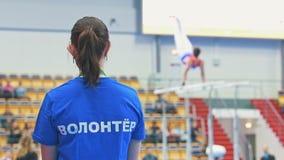 喀山,俄罗斯- 2018年4月18日:全俄国体操冠军-执行在高低杠的男性体操运动员在前面 影视素材