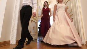 喀山,俄罗斯- 2018年3月30日:舞会在市政厅里-在醉汉的年轻夫妇穿戴来在再制定 股票录像