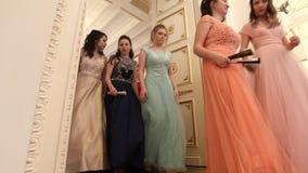 喀山,俄罗斯- 2018年3月30日:舞会在市政厅里-在醉汉的年轻夫妇穿戴来在再制定 影视素材