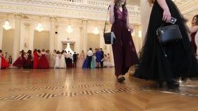 喀山,俄罗斯- 2018年3月30日:舞会在市政厅里-醉汉的学生穿戴来在再制定球 影视素材