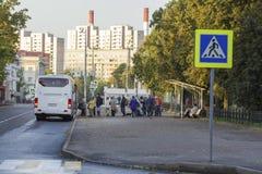 喀山,俄罗斯- 2017年9月19日:领抚恤金者老人在运输的公共汽车站站在队中对国家村庄 库存图片