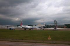 喀山,俄罗斯- 2017年7月01日:飞机被存放在机场 免版税图库摄影