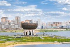 喀山,俄罗斯- 2016年6月16日:Kazanka河的堤防的全景有家庭中心`喀山`的 免版税图库摄影