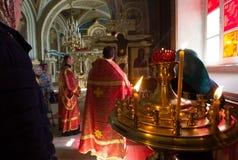 喀山,俄罗斯- 2018年5月11日:Nikolsky正统大教堂-在立场的燃烧的蜡烛在两位正统教士前面 图库摄影