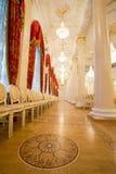 喀山,俄罗斯- 2017年1月16日,香港大会堂-豪华和美好的旅游地方-一排椅子在金黄舞厅 免版税库存照片