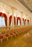 喀山,俄罗斯- 2017年1月16日,香港大会堂-豪华和美好的旅游地方-一排椅子在金黄舞厅 库存照片