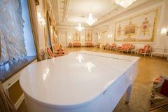 喀山,俄罗斯- 2017年1月16日,香港大会堂-豪华和美好的旅游地方-在内部的钢琴 库存图片