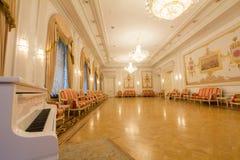 喀山,俄罗斯- 2017年1月16日,香港大会堂-豪华和美好的旅游地方-在古董内部的钢琴 库存图片